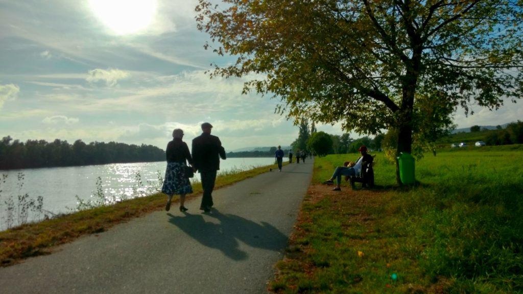 川沿いを歩く老夫婦