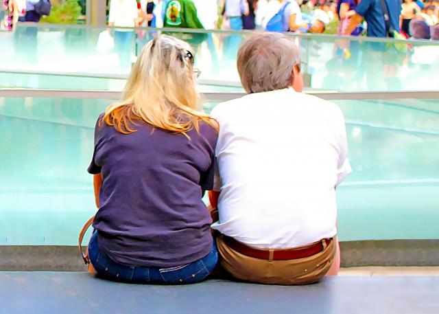 寄り添う外国人老夫婦