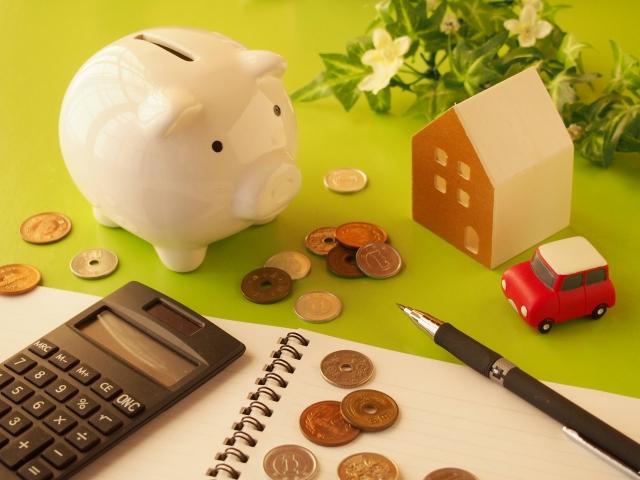 豚の貯金箱と小銭とノート