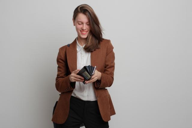 財布の中を見て笑う外国人女性