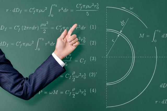 教える人と黒板